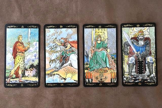 ゴールデン・ユニバーサル・タロット 小アルカナソードの絵札のカード