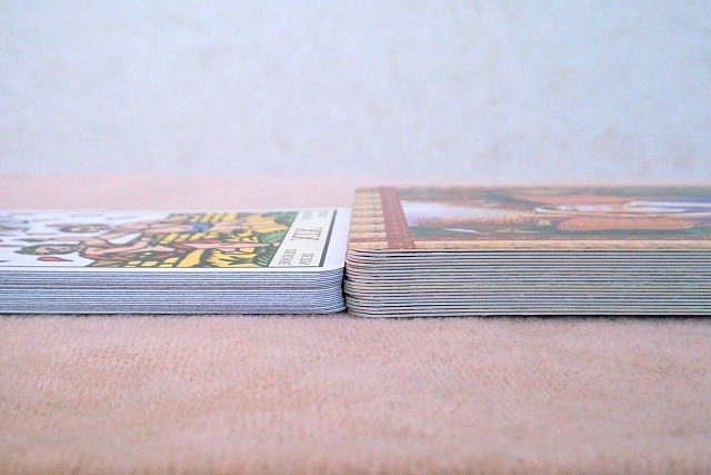 タロットカードとオラクルカードの厚みの違い