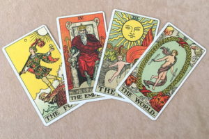代表的なウェイト版の大アルカナカード 愚者、皇帝、太陽、世界